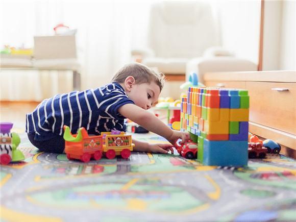 孩子玩积木玩具