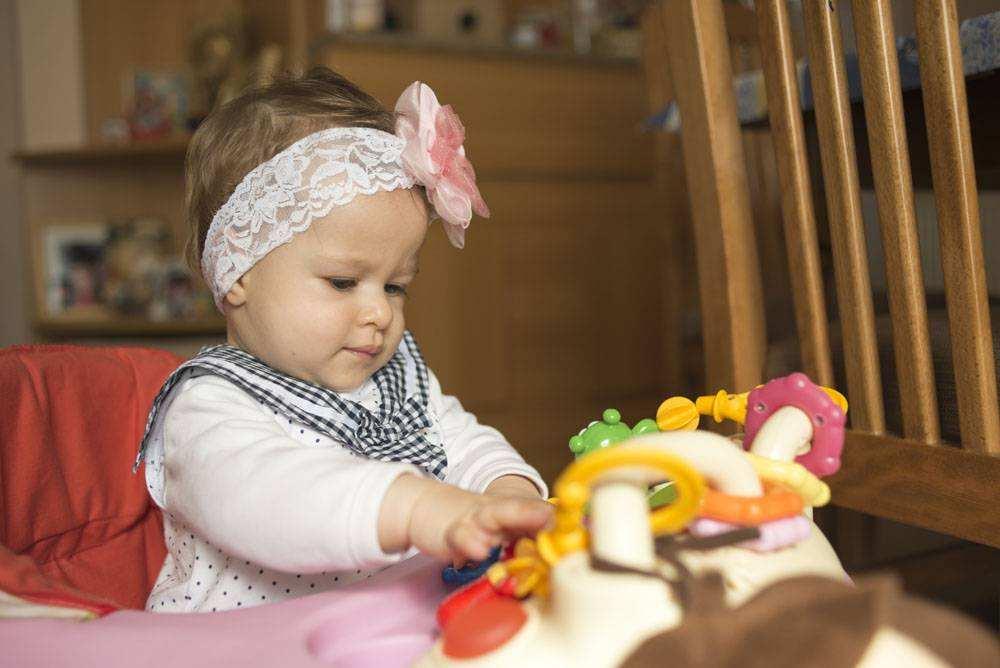 孩子玩早教玩具