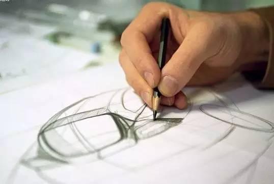 设计师进行产品手绘